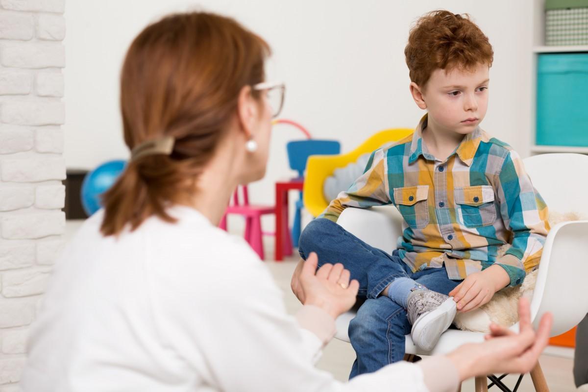 Kaip padėti vaikams, turintiems autizmo sutrikimą, išmokti bendrauti
