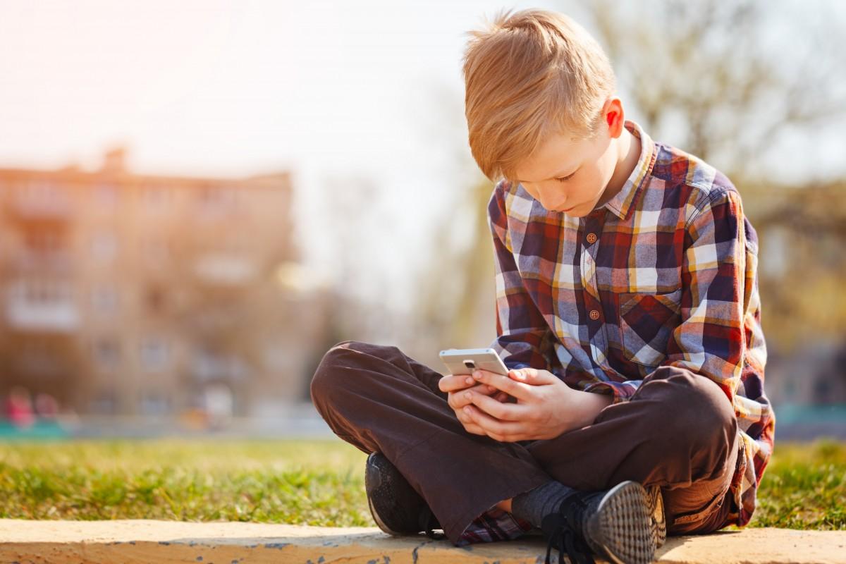 Kaip tėvai gali padėti vaikams įveikti skaitmeninio gyvenimo keliamus sunkumus?