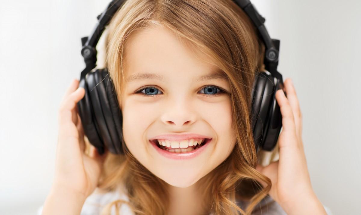 Klausymasis nėra sukčiavimas: kaip audioknygos gali padėti vaikams tobulėti